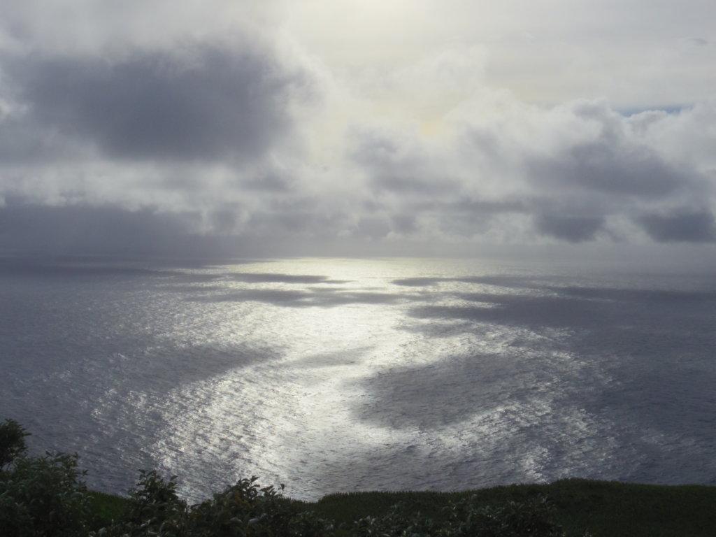海面に映る雲の影
