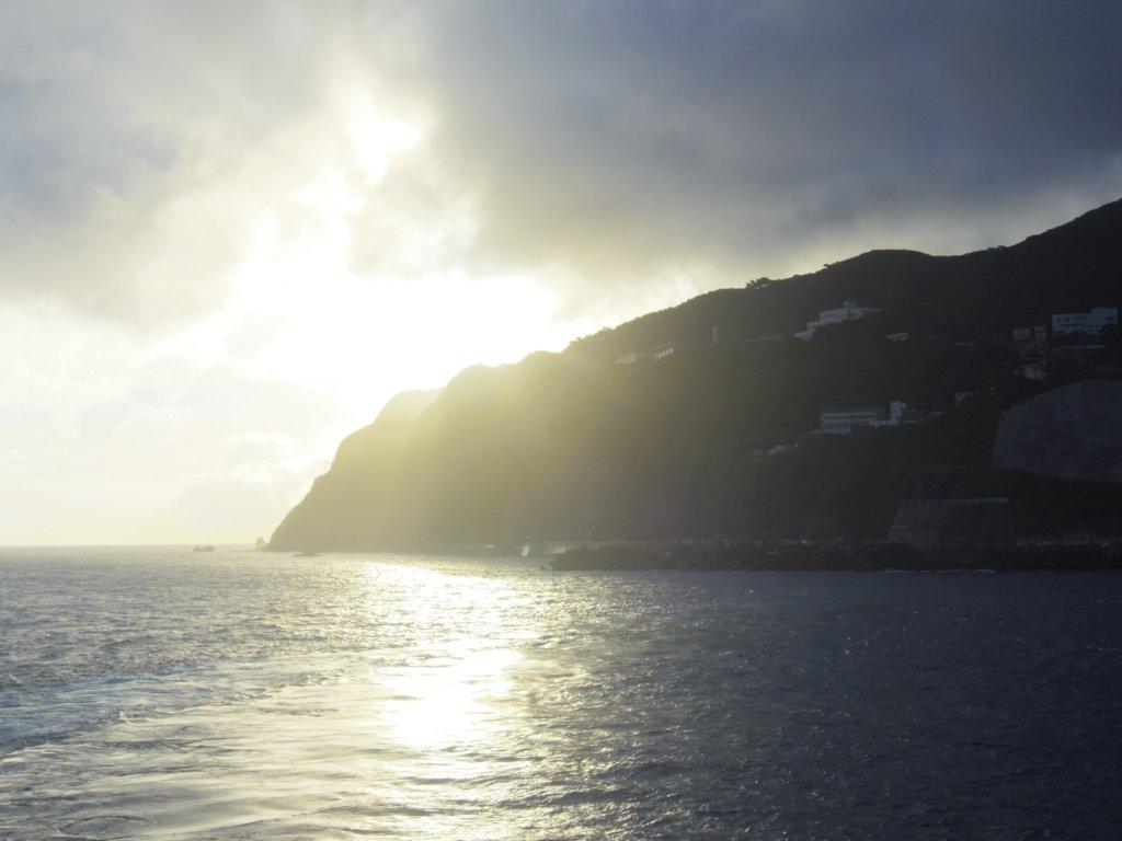 朝日と御蔵島