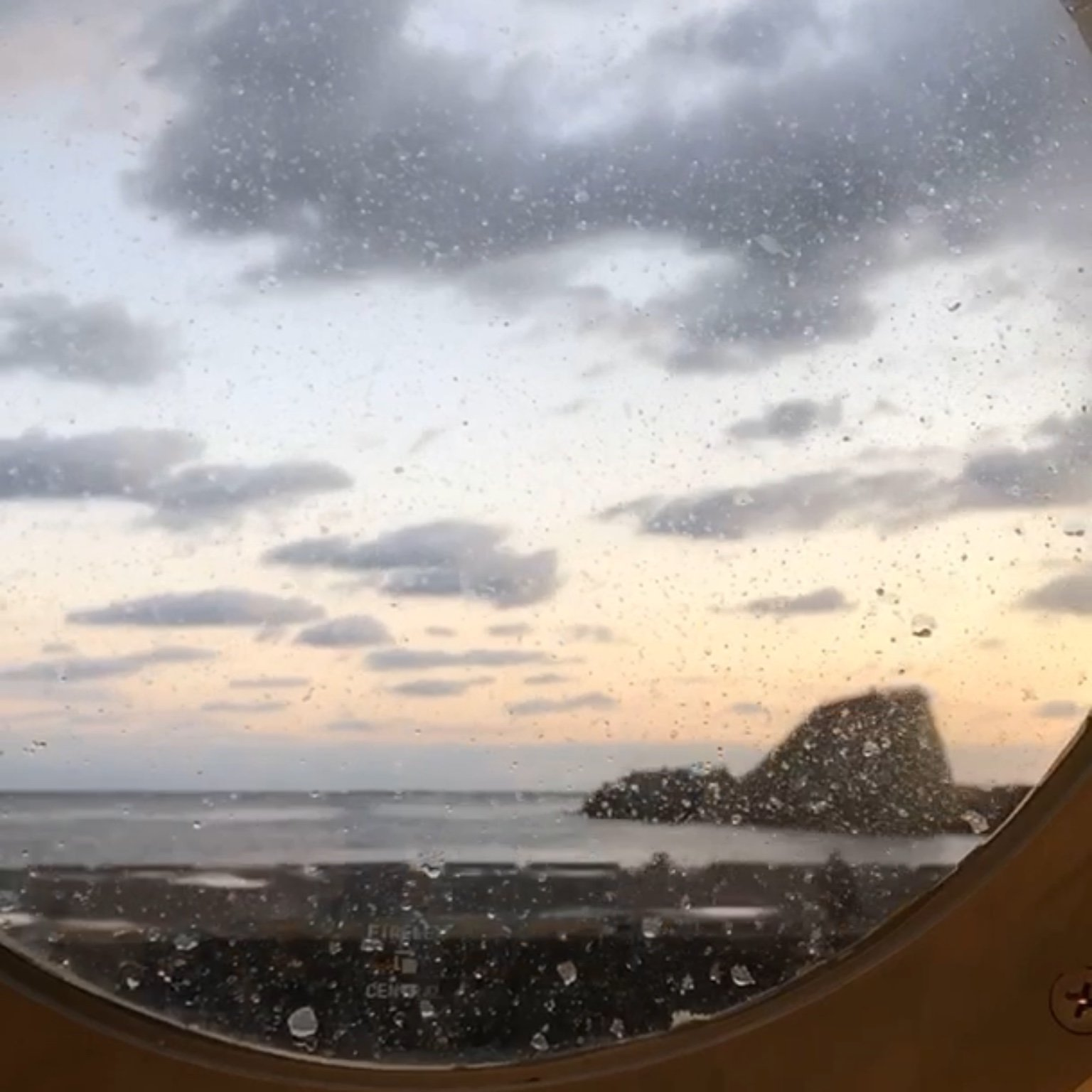 御蔵島に接岸する橘丸
