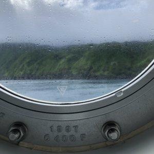 丸窓からの曇りの八丈島
