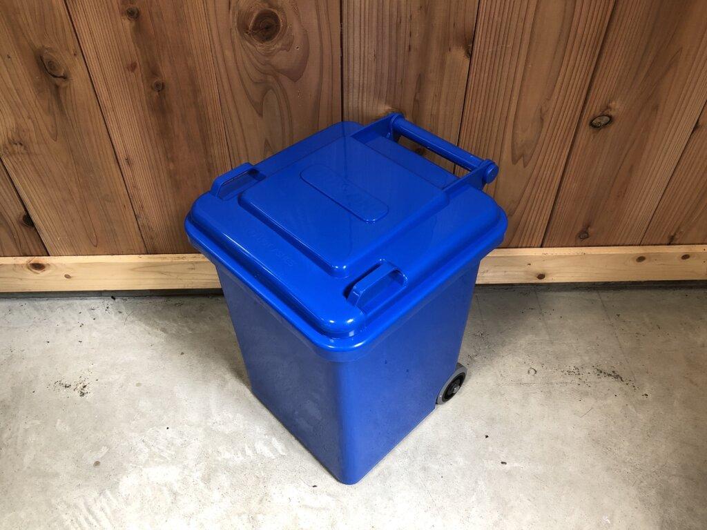 青いゴミ箱